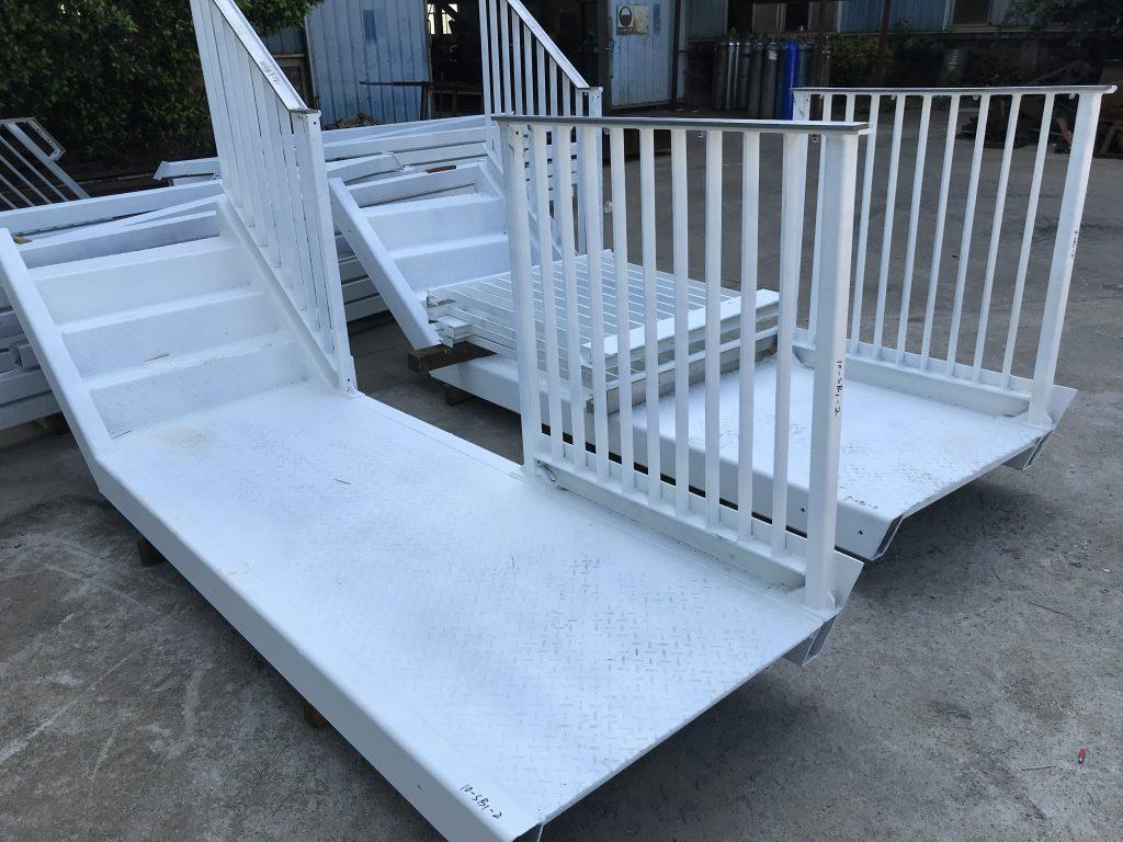 機場貨運站鋼結構樓梯,鐵器樓梯,熱浸鋅樓梯,通道樓梯,鐵樓梯,扶手,旋轉樓梯,欄杆攔河工程及鐵器製品